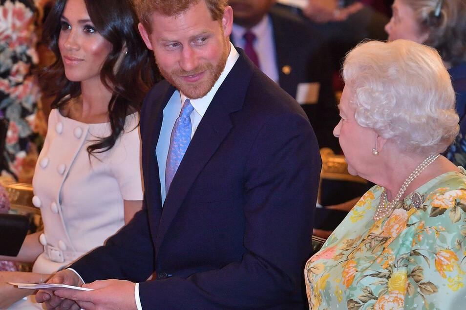 Die britische Königin Elizabeth II. (r-l) mit Harry und Meghan im Juni 2018.