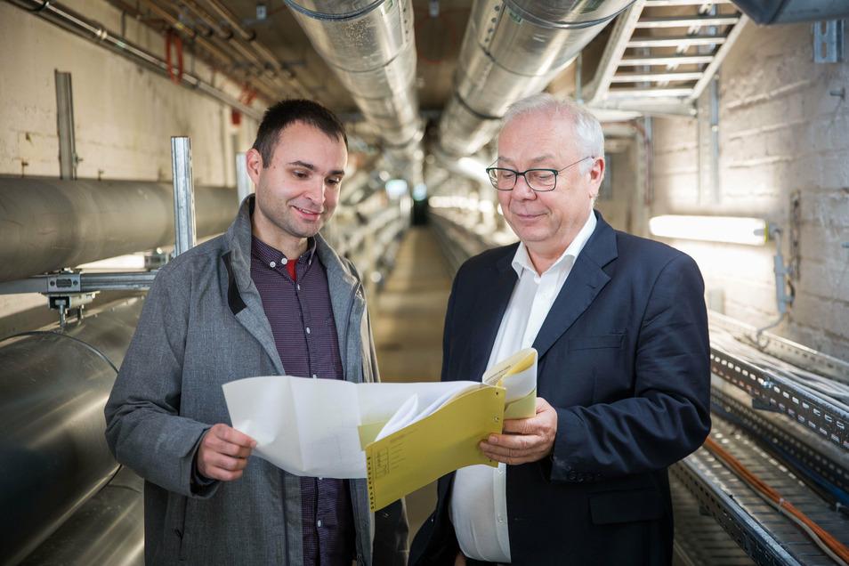 Projektleiter Marco Fischer (l.) und Technikchef Steffen Kluge in dem Gang, der frisch erneuert ist. Ein drei Kilometer langes Netz mit Ver- und Entsorgungsleitungen verläuft unter der Dresdner Uniklinik.