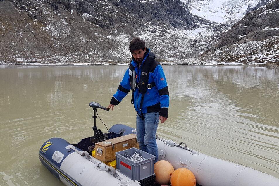 Michael Plüss, Techniker der Eawag-Abteilung Oberflächengewässer, installiert eine Thermistorenkette auf dem Steisee. Die Gletscherschmelze in den Alpen hat in der Schweiz allein innerhalb von zehn Jahren 180 neue Gletscherseen entstehen lassen.