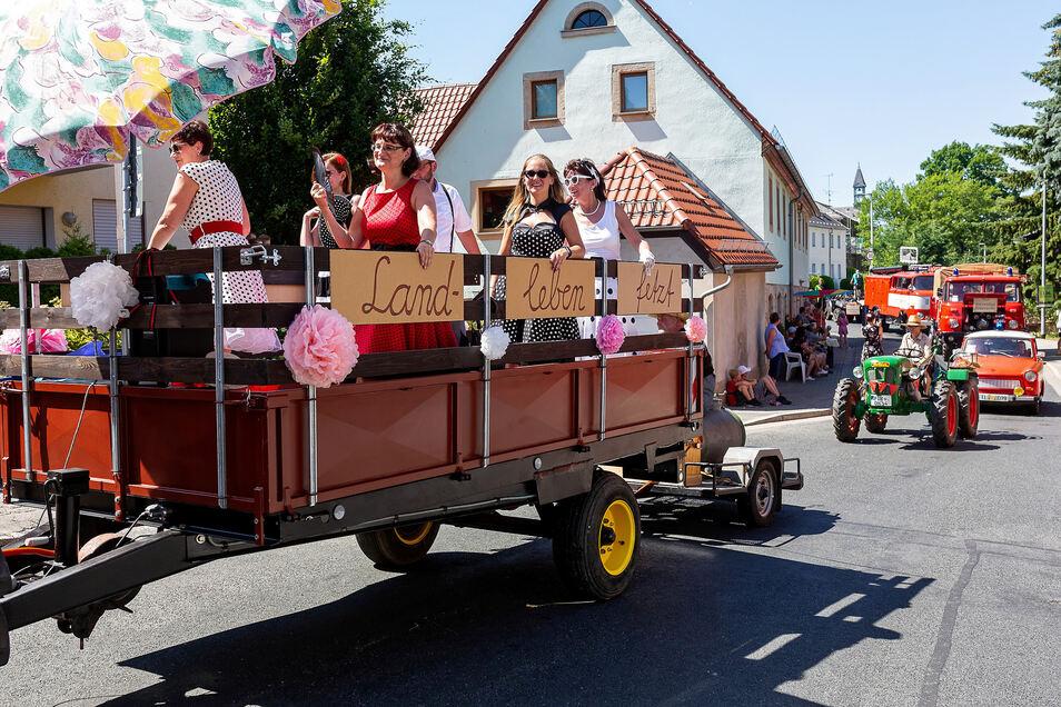 Diese Frauen haben offenbar Freude am Landleben. Mit der Ruhe war es beim Festumzug in Kleinnaundorf aber vorbei.