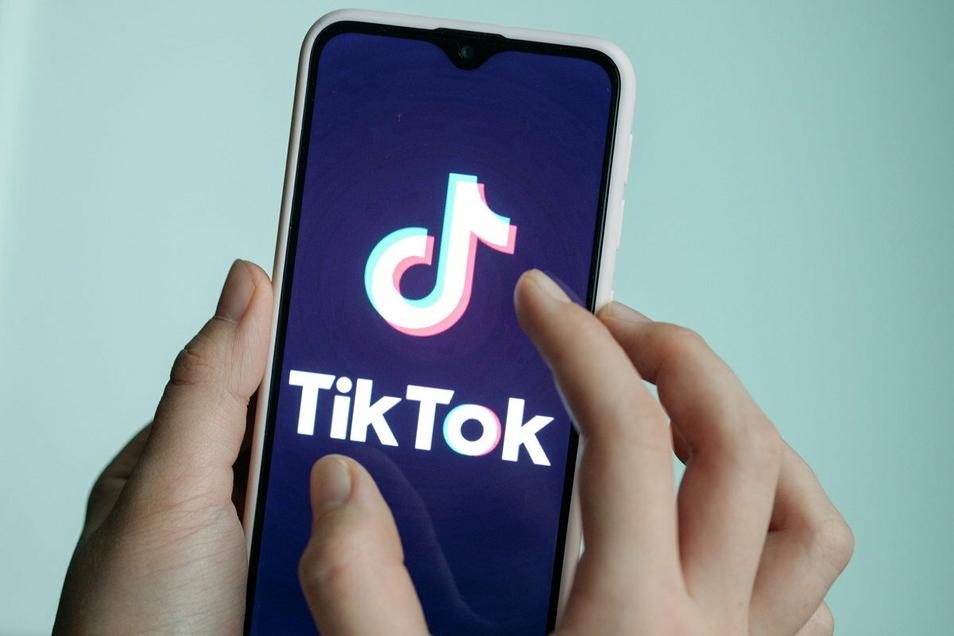 Tiktok ist eine Videoplattform, auf der man bis zu 60 Sekunden kurze Videos anschauen oder selbst hochladen kann.