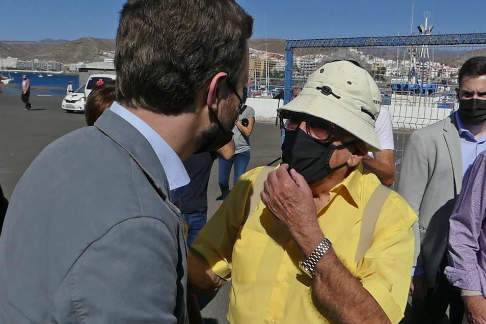 Pablo Casado (l.), Vorsitzender der konservativen und christdemokratischen Partei PP, besucht den Hafen von Arguineguín auf Gran Canaria. Der Unmut unter den Einheimischen wächst.