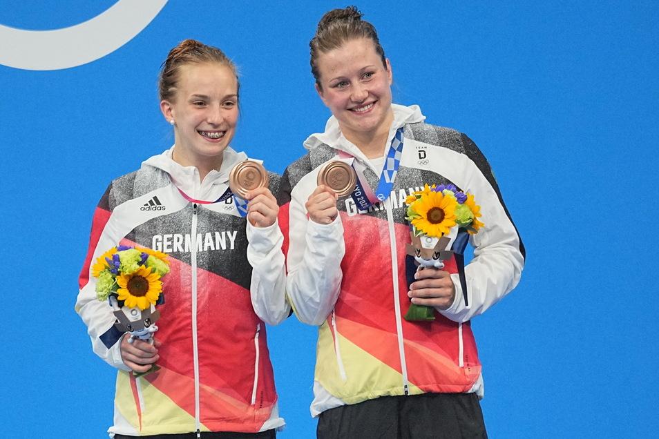 Stolz präsentieren Lena Corona Hentschel (l.) und Tina Punzel ihre Medaillen. Für Hentschel ist schon Schluss, Punzel hat noch zwei Starts.