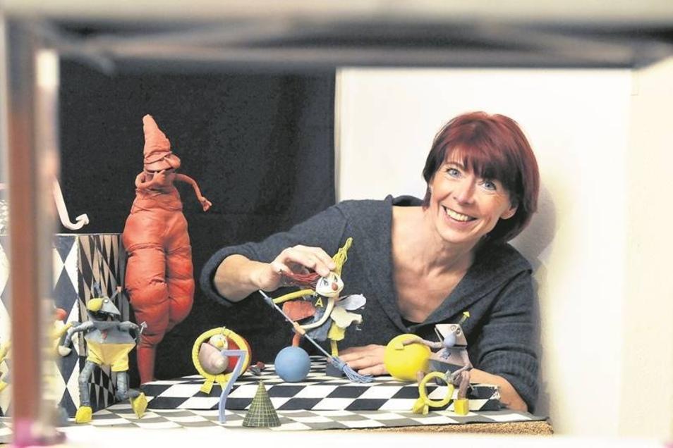 """Animatorin Angela Klemm an einer Szenerie aus dem Film """"Anna, genannt Humpelbein"""" aus dem Trickfilmstudio Dresden.Fotos: Brühl"""