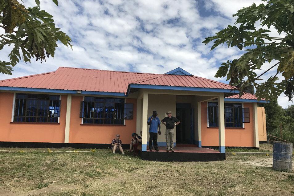 Auf dem Dach dieser Bibliothek auf der kenianischen Insel Rusinga wird eine Solaranlage errichtet. Mit der Hilfe aus Glashütte.