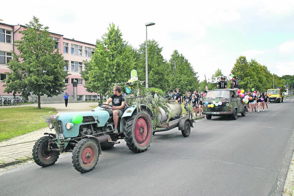 Mit Traktor und Jauchefass voran zogen die Nieskyer Abiturienten am Freitag durch die Stadt. Das hat seit Schülergenerationen eine feste Tradition in Niesky. Denn man weiß gleich, ob es alle durchs Abitur geschafft haben oder nicht. Der Güllewagen verrät,