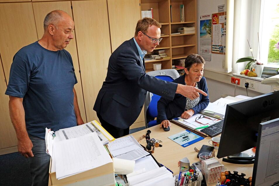 Die Chemie im Rathaus stimmt. Mirko Pollmer stimmt im Hauptamt mit Udo Geißler und Kerstin Leckscheid erste Details an seiner neuen Arbeitsstelle ab.
