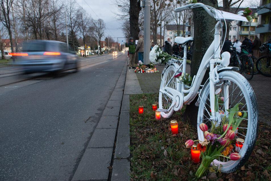 Am Sonnabend wurde an der Ecke Reicker/Wieckestraße ein weißes Fahrrad - ein sogenanntes Ghostbike - aufgestellt. Damit wird einer Radfahrerin gedacht, die dort am Freitagabend bei einem Unfall ums Leben kam.