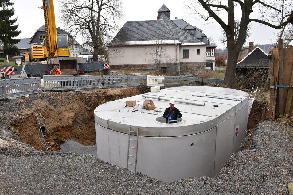 Selbst die Talsperre Malter ist nicht zuverlässig genug als Löschwasserquelle. Daher ließ die Stadt Dipps diese 100-Kubikmeter-Zisterne in Paulsdorf bauen. Sechs weitere Zisternen sind geplant.