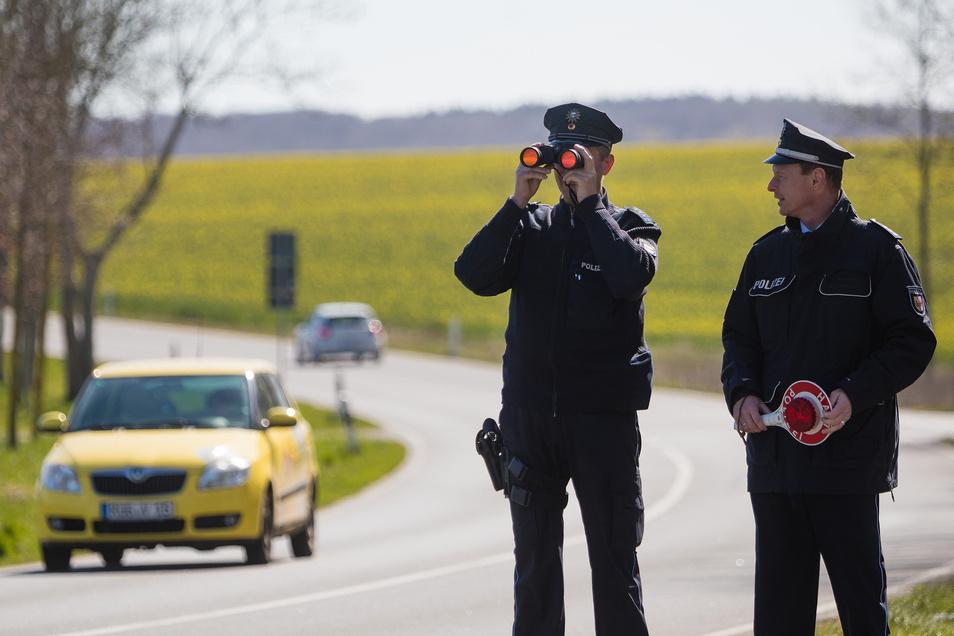 Die Polizisten Jens Hoyer und Mathias Müller haben an der Bundesstraße 96 wenig zu tun.