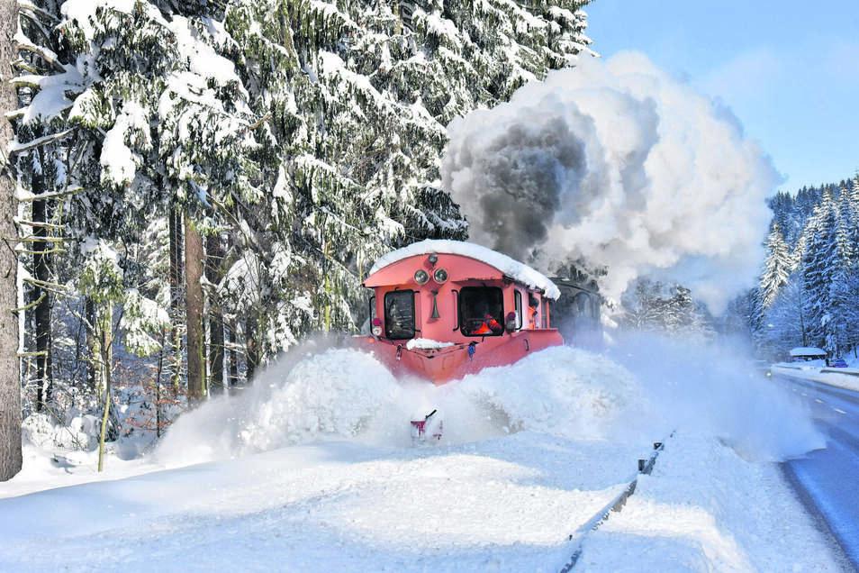 Viele Schneepflüge waren unterwegs im Osterzgebirge, aber wahrscheinlich kein zweiter mit Dampfantrieb. Eine Lok mit Schneepflug hat am Montag die Strecke der Weißeritztalbahn freigeschoben, ehe diese wieder bis Kipsdorf fahren konnte.