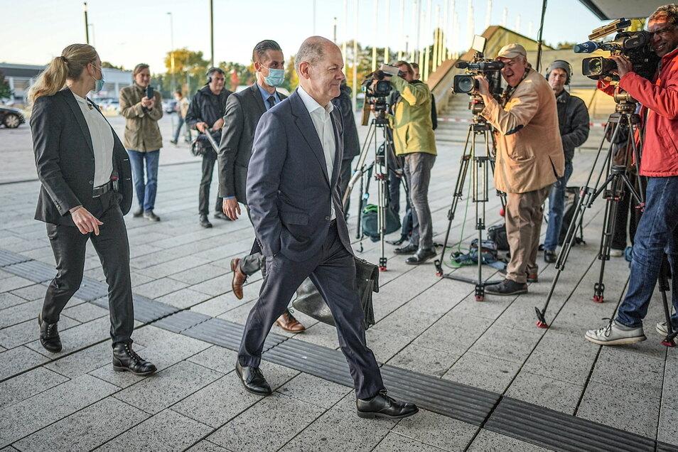 SPD-Kanzlerkandidat Olaf Scholz traf am späten Vormittag zu den Sondierungsgesprächen ein.