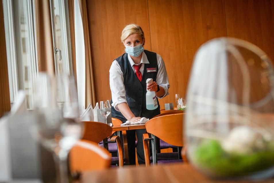 Für Kellner ist das Masketragen mühsam.