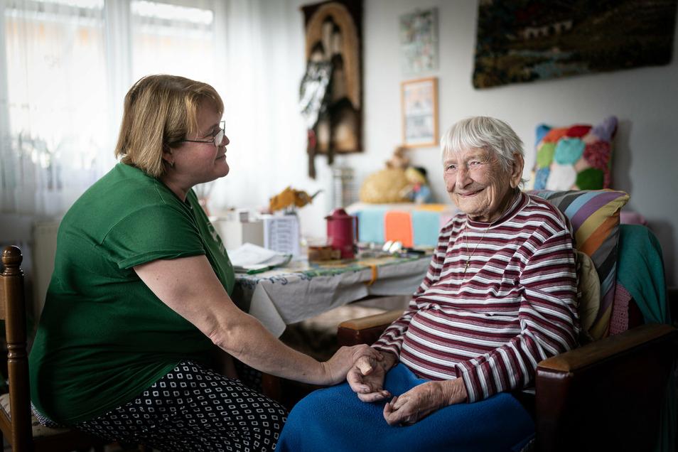 Für Pflegerin Barbara sind Menschen wie die 100-jährige Ingeborg Schemainda ein Sonnenstrahl im täglichen Knochenjob.