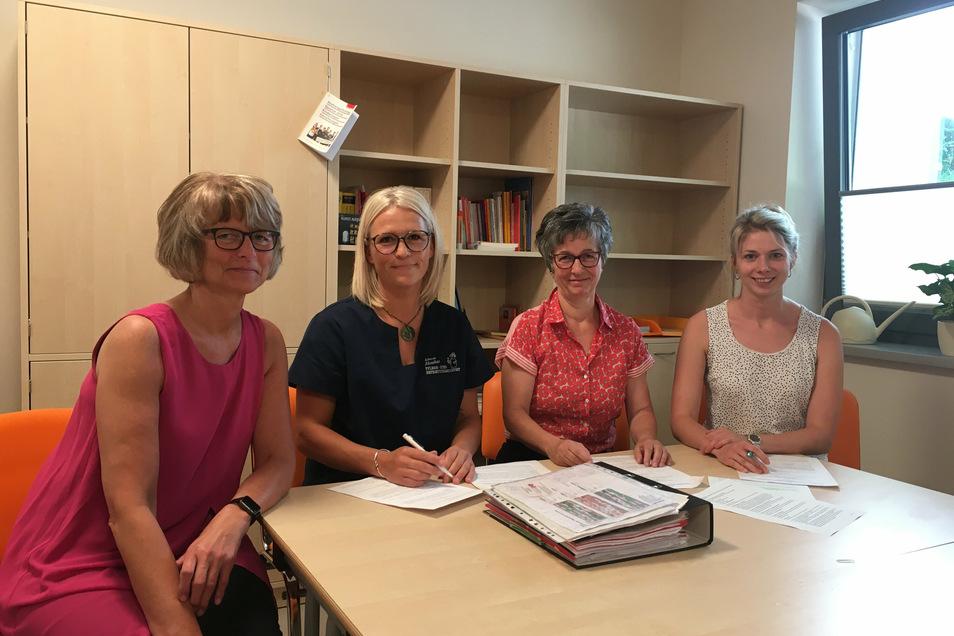 Irena Hoffmann, Dana Seng, Kerstin Barthel und Carolin Reich unterschreiben hier die Vereinbarung zur Zusammenarbeit in der Pflegeausbildung.