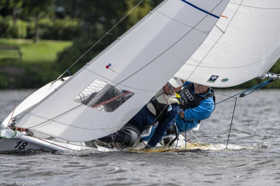 Dieses Foto zeigt die neuen Vizeweltmeister Clemens Kraus und Heiko Kröger mit ihrem Segelboot in voller Fahrt.