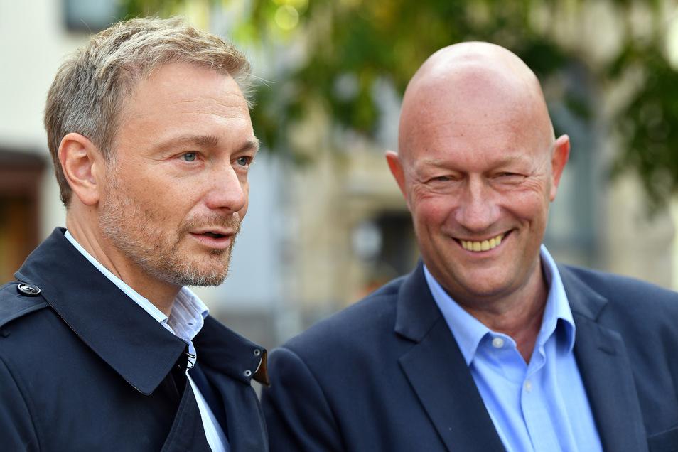 Christian Lindner, Parteivorsitzender der FDP (l), will nach der umstrittenen Wahl seines Parteifreundes Thomas Kemmerich in Erfurt (r) die Vertrauensfrage stellen, um sich der breiten Unterstützung in seiner Partei sicher zu sein.