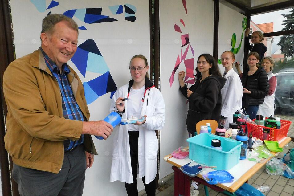 Daniel Mosmann aus Krauschwitz beendet nach 37 Jahren seine kommunalpolitische Arbeit. Zum Abschied kaufte er Platten und Farbe für das Bushaus gegenüber von der Oberschule Krauschwitz.