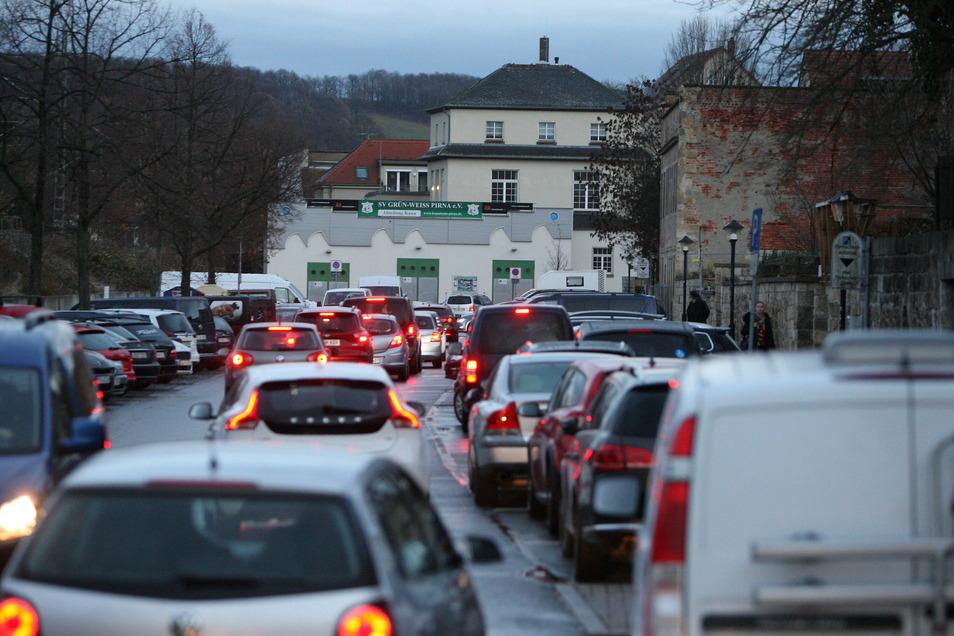 Parkplatz-Sucher an der Straße Am Zwinger: Pirna ächzt unter der Autolast.