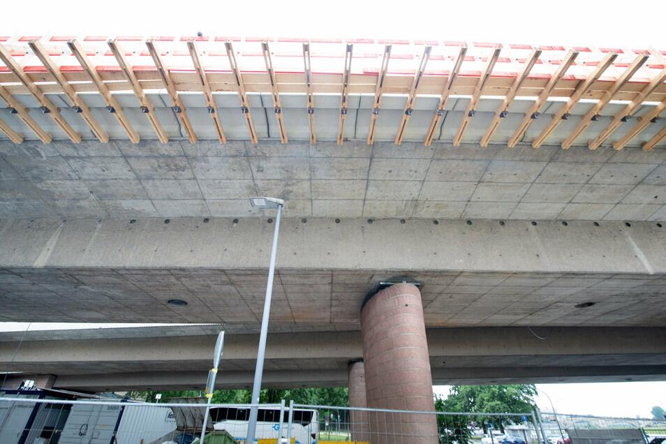 In diesem Kasten unter der Brücke mussten die Sanierer arbeiten. Dort wurden beschädigte Betonflächen erneuert.