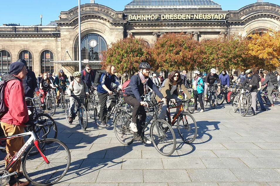 Beginn der zweiten Fahrraddemo am Bahnhof Neustadt.