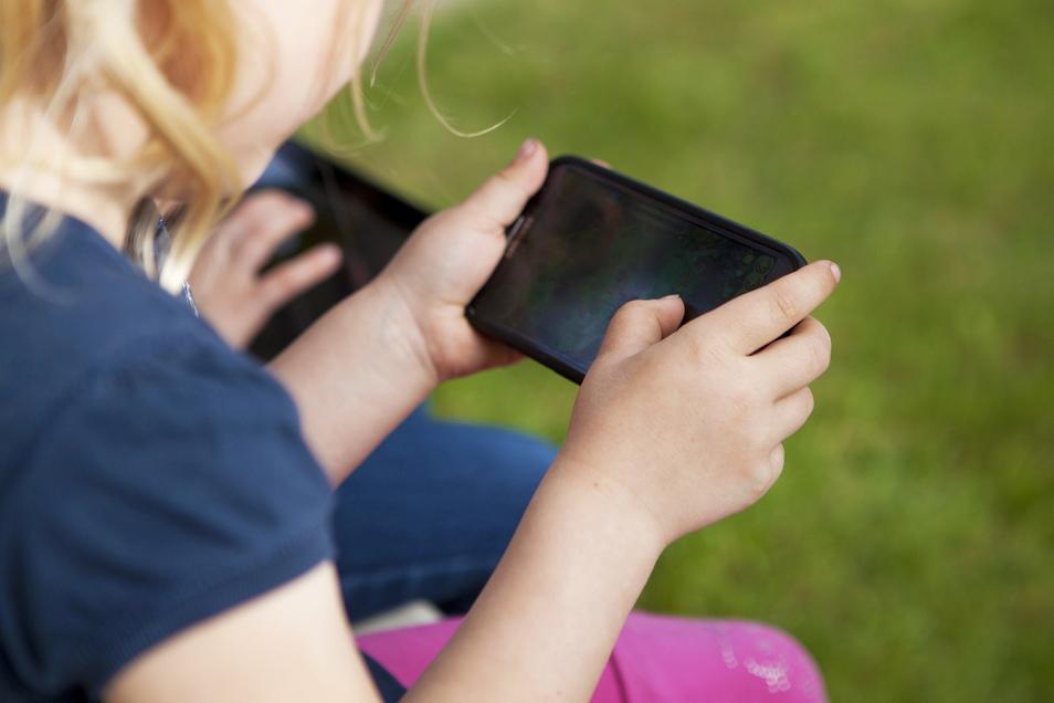 Viele Kinder und Jugendliche lieben das Spielen auf dem Smartphone. Doch vermeintlich kostenlose Spiele-Hits bergen oftmals Kostenfallen. Eltern sollten daher einige Dinge beachten.