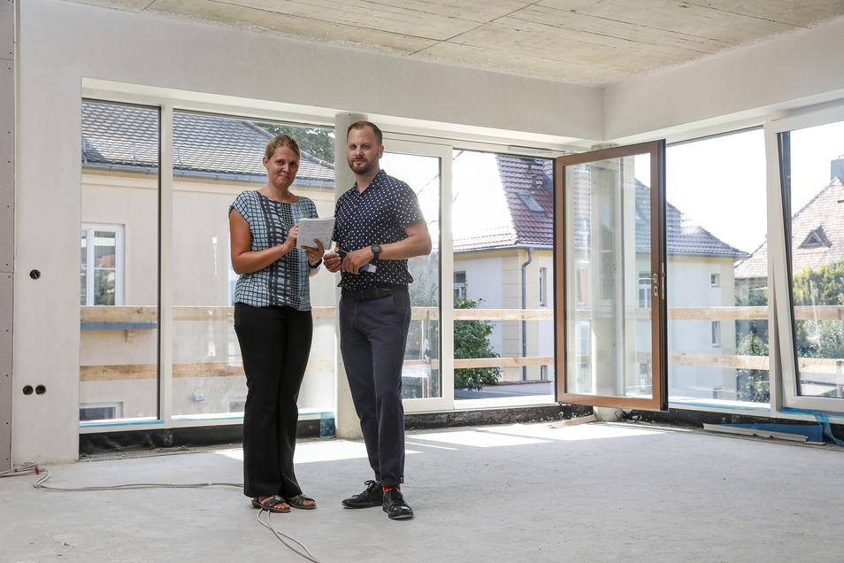 Raik Urban von der Alten- und Pflegeheim GmbH und Nadine Bauereiß von der Wohnbaugesellschaft zeigen einen der neuen, hellen Aufenthaltsbereiche im Pflegeheim am Weinaupark.