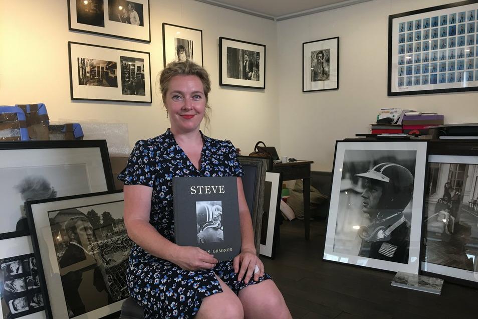 Julia Gragnon in ihrer Galerie in Paris mit ihrem McQueen-Buch und Sixdays-Fotos im Hintergrun.