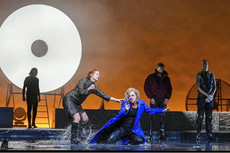 """Gonerlil, gespielt von Agnes Mann (mit blauem Mantel) will als """"Eiserne Lady"""" an die Macht – koste es, was es wolle.  Foto: Sebastian Hoppe"""