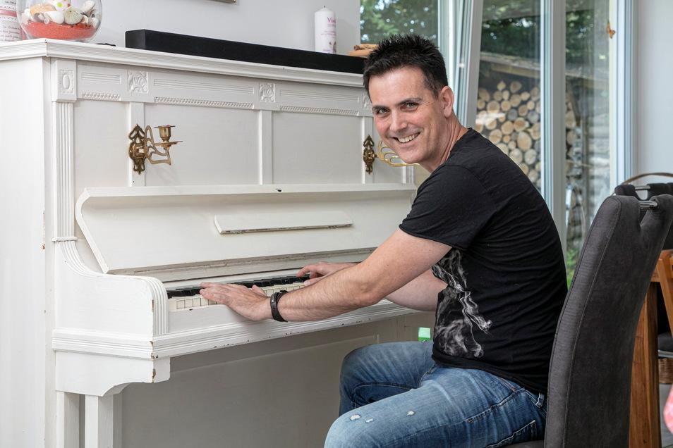 Thomas Rodenbach an seinem Klavier. Er wohnt seit kurzem mit seiner Familie in der Nähe von Radeberg.