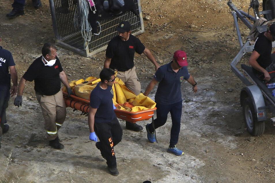 Polizisten transportieren einen Koffer auf einer Trage. Bei der Suche nach den Opfern eines Serienmörders auf der Mittelmeerinsel Zypern hat die Polizei am Sonntag eine weitere Leiche entdeckt.