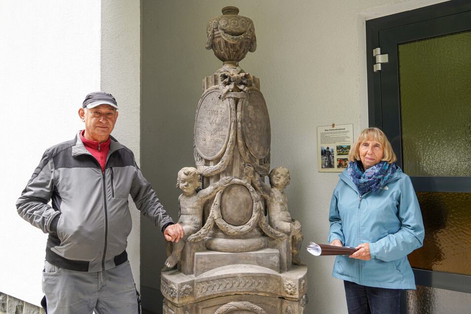 Steinmetz Frank Heinzel und Elisabeth Rieger sind froh, dass die Restaurierung des Puttendenkmals abgeschlossen ist. Es steht nun am Eingang zur Trauerhalle in Steinigtwolmsdorf.