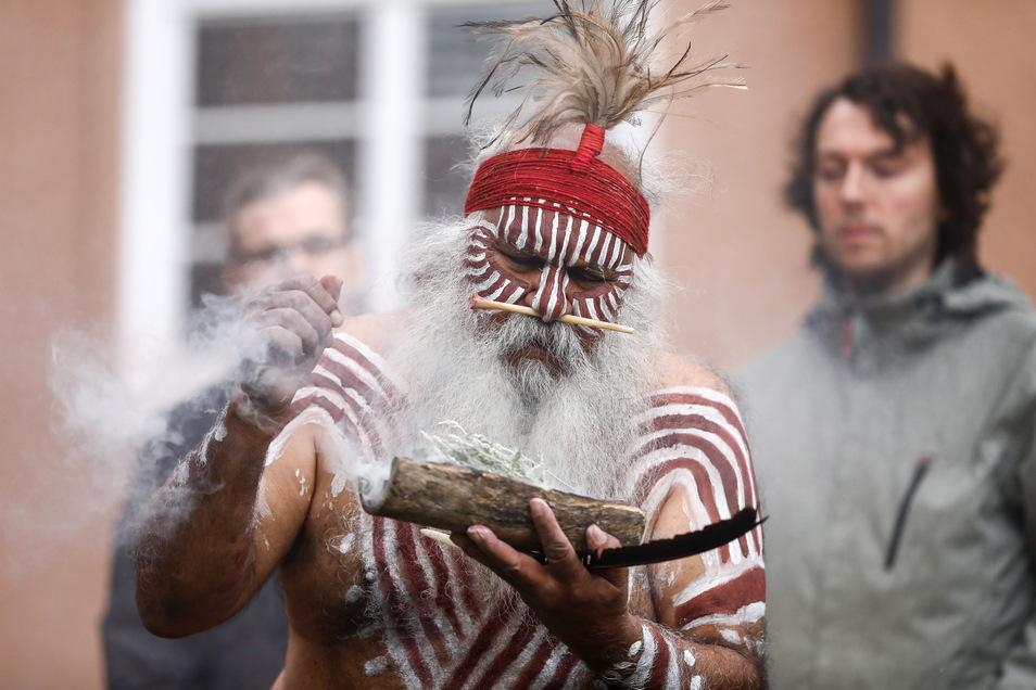 Major Sumner führt eine Rauchzeremonie durch.
