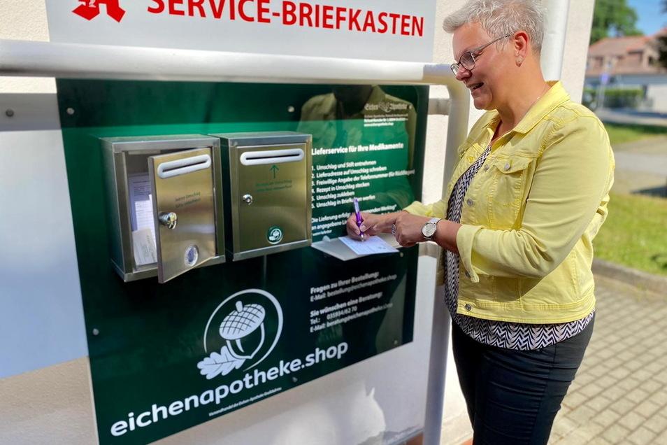 Ganz bequem und kostenlos können sich die Milkeler Medikamente und weitere Apothekenwaren ab sofort nach Hause liefern lassen. Dafür gibt es jetzt einen Servicebriefkasten, den Radibors Bürgermeisterin Madeleine Rentsch hier testet.