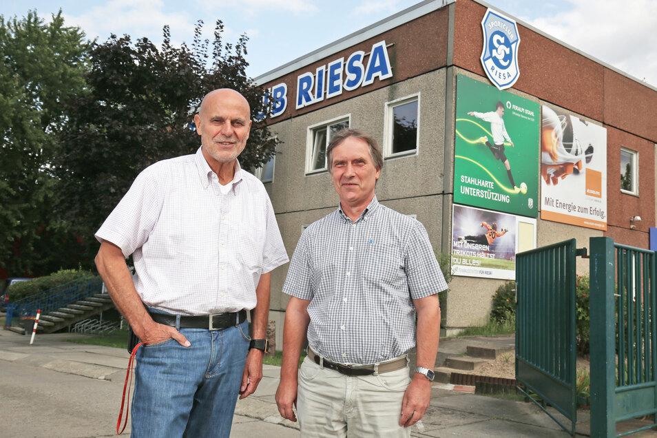 Michael Schönfelder (rechts) mit dem ehemaligen Vereinspräsidenten Karl Walluszek vor der Geschäftsstelle des SC Riesa. Das Foto entstand 2017.