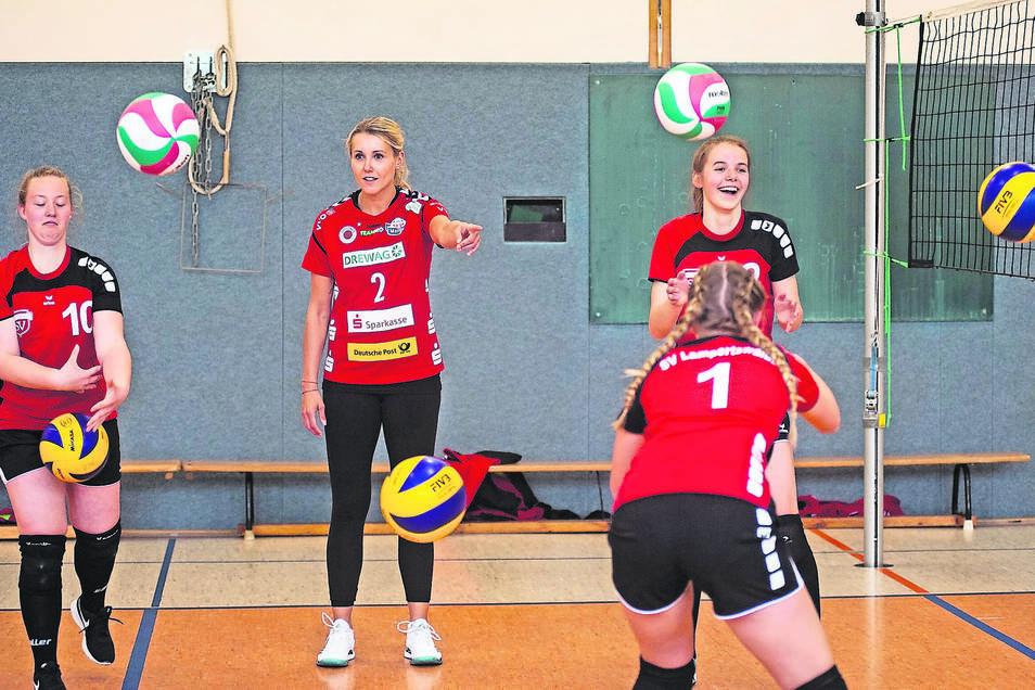 Mareen von Römer (Bildmitte), bekannter sicher unter ihrem Mädchennamen Apitz, gehörte am Montag zum Team von Volleyball-Bundesligist Dresdner SC, das jungen Lampertswalder Spielern eine intensive Trainingseinheit anbot. dabei.