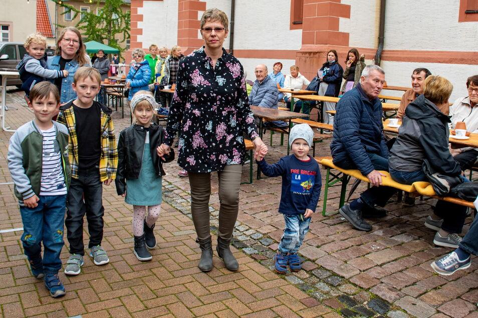 Das Kik-Team hat mit fünf Mädchen und Jungen eine Modenschau gestaltet und damit am Nachmittag die Besucher des Weinfestes unterhalten.