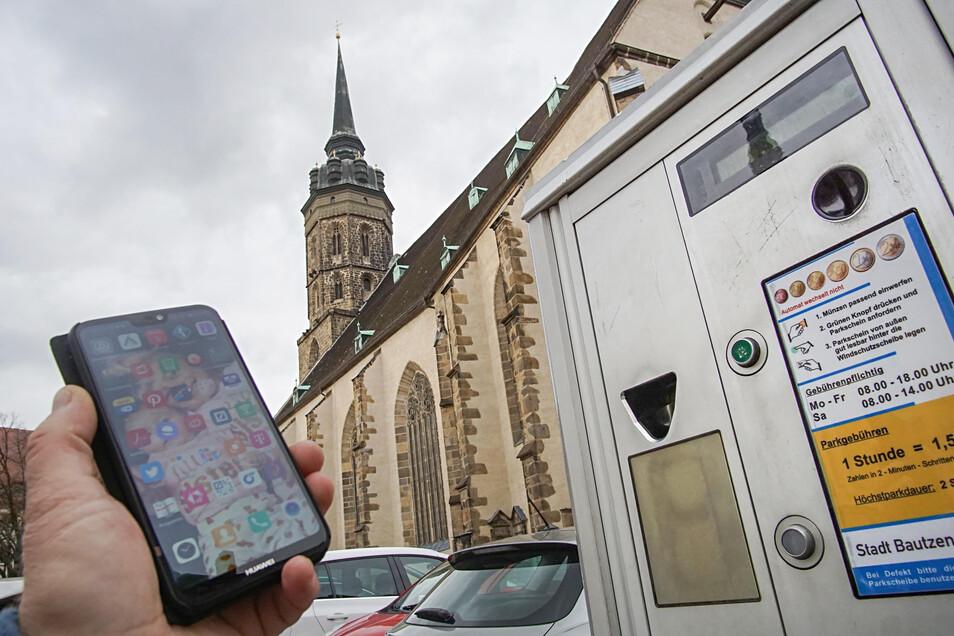 Bautzen bekommt seit dieser Woche neue Parkautomaten, an diesen können Autofahrer Parkscheine via Smartphone ziehen.