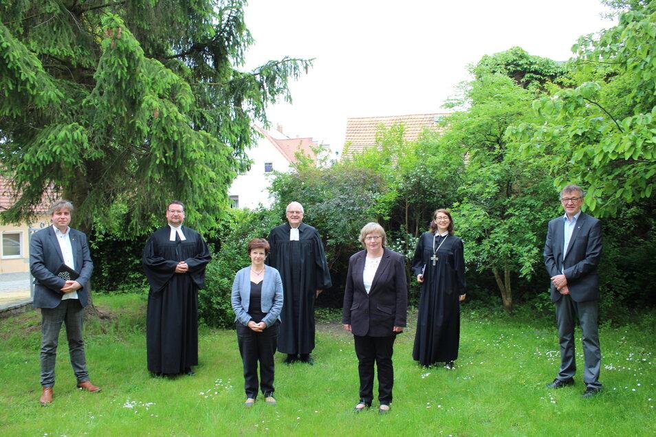 Mit Anne-Magdalena Schubert (vorn links) und Christiane Liebig (vorn rechts) wurden jetzt zwei neue Diakoninnen eingesegnet.