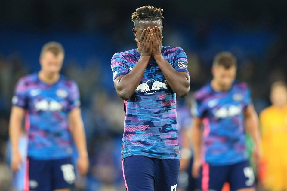 Nicht zum Hinsehen: Leipzigs Mittelfeldspieler Amadou Haidara verläßt nach Spielende in Manchester mit seinen Mannschaftskameraden enttäuscht das Spielfeld.