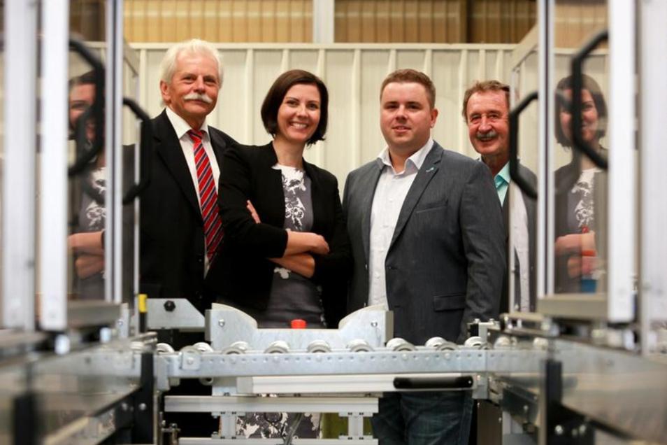 Nach 25 Jahren übernehmen Anja Peplinski und Michael Grünler (2.v.r.) die Leitung der F & G Normteile Dresden GmbH von Steffen Ruhtz (l.) und Wilfried Grünler (r.).