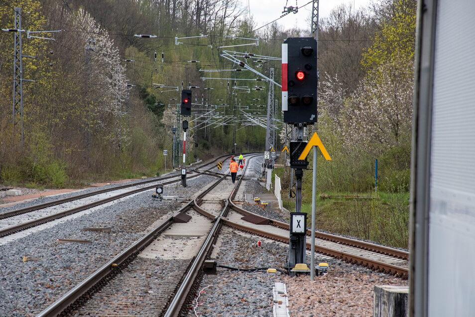 Wegen Gleisstopfarbeiten zwischen Waldheim und Mittweida kann die Regionalbahn 45 im Moment vormittags nicht in Waldheim halten. In dieser Zeit müssen Reisende in den Bus umsteigen.