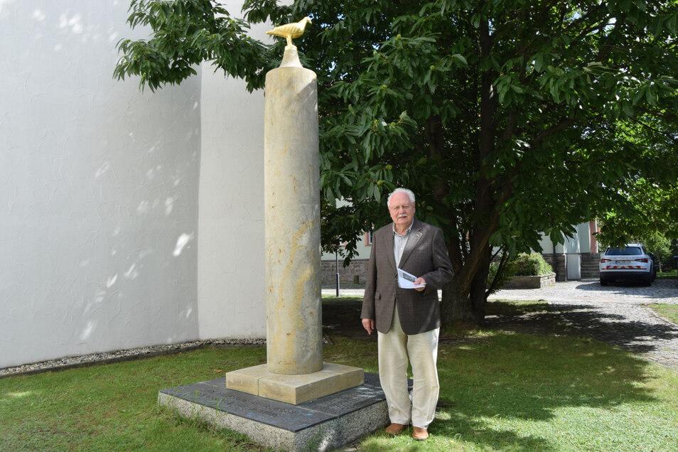 Friedhart Vogel zeigt das restaurierte Denkmal für Frieden von Jürgen von Woyski.