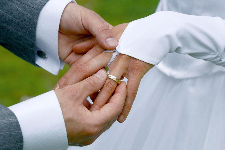 Der Ring sitzt perfekt: Am Hochzeitstag soll alles stimmen. Manche Paare suchen auch ein besonders Datum aus, an dem die Ehe geschlossen wird.