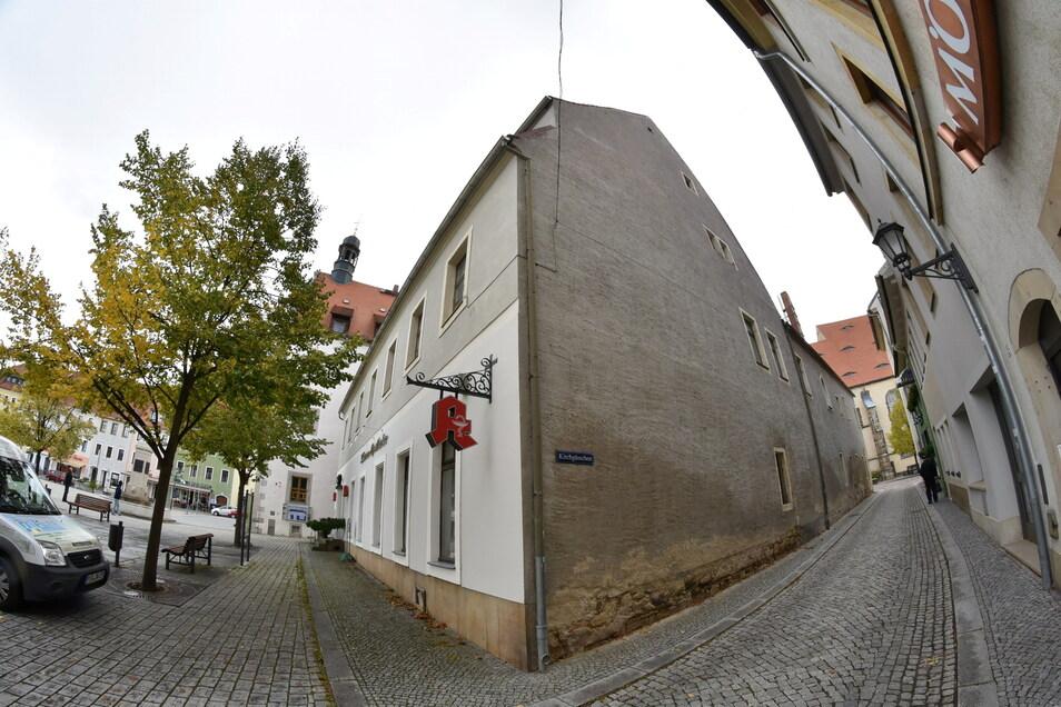 Die Stadt hat das Nachbargebäude am Rathaus 2018 für 120.000 Euro gekauft, um es zu sanieren und für die Apotheke und die Stadtverwaltung umzubauen. Wie dringend die Sanierung ist, sieht man hier an der Seitenwand.