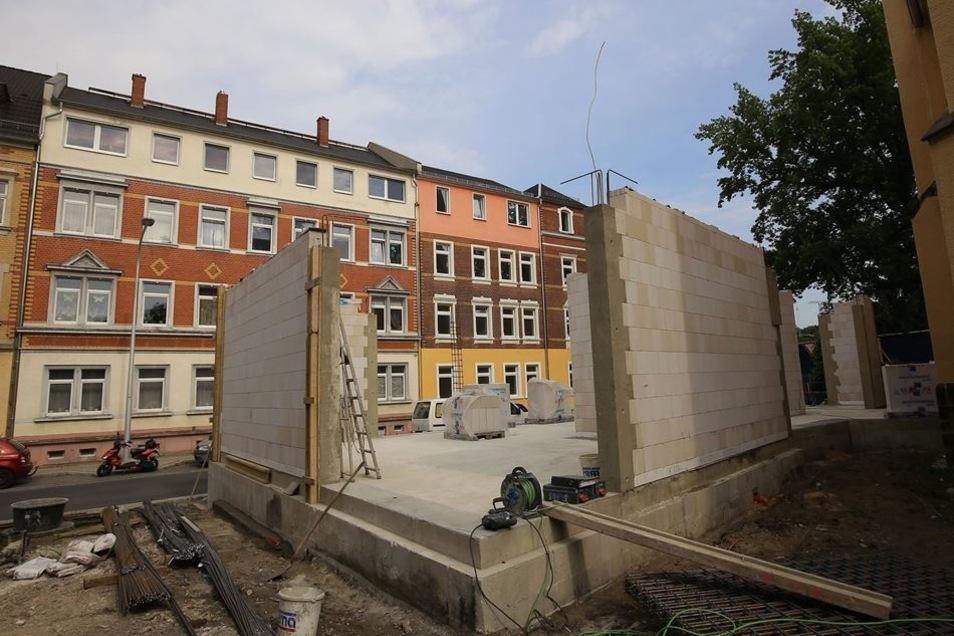 Die Mauern stehen schon. An der Ecke Straße des Friedens/Dresdner Straße haben die Bauleute derzeit viel zu tun. Im November soll der Anbau fertig sein.
