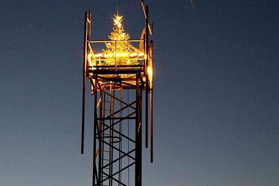 Auf einem 18 Meter hohen Funkturm leuchtet in Ehrenberg ein Weihnachtsbaum.