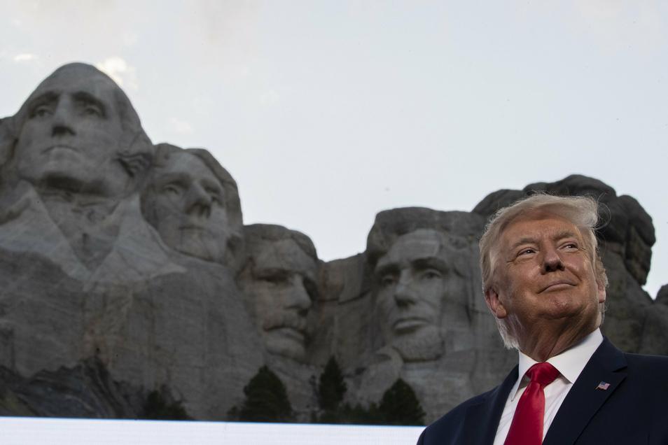 Trump vor dem Mount Rushmore