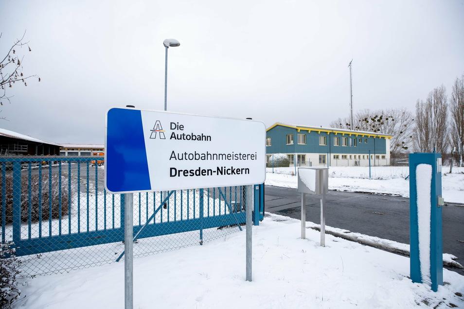 """Am 1. Januar enthüllt: Das neue """"Firmenschild"""" am Sitz der Autobahnmeisterei Nickern an der A 17 bei Goppeln."""