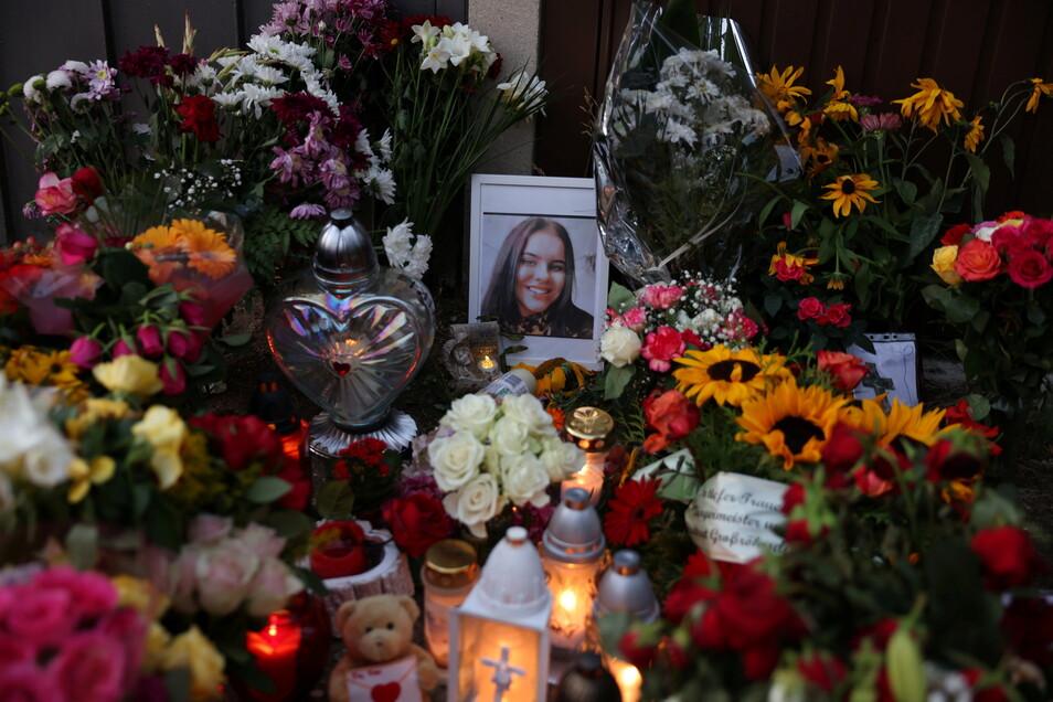 Immer wieder entzünden Trauernde nach dem gewaltsamen Tod einer Schülerin in einem Garagenhof in Großröhrsdorf Kerzen. Am Mittwochabend wurde in der Stadtkirche des Mädchens gedacht.